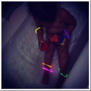 Super-Duper Glow Stick Bath!–Toddler Tub Fun