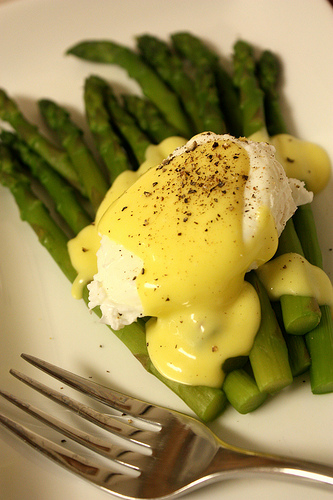 Asparagus with poached egg and hollandaise