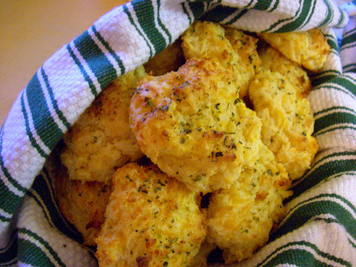 red lobster copycat cheddar bay biscuits