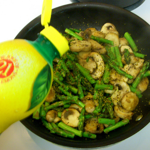 Lemon pasta with asparagus and mushrooms